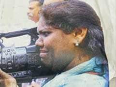 சபரிமலை போராட்டம்: தாக்கப்பட்ட போதும் வீடியோ எடுத்த பெண்..! #ViralPhoto