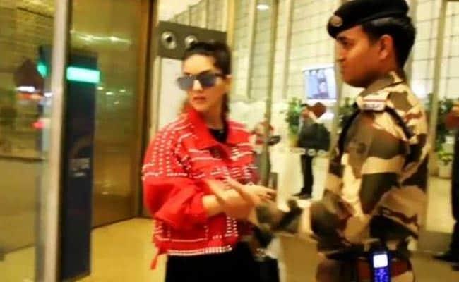 सनी लियोन ने एयरपोर्ट पर किया कुछ ऐसा, फैन्स ने जमकर की तारीफ- Video हो रहा वायरल