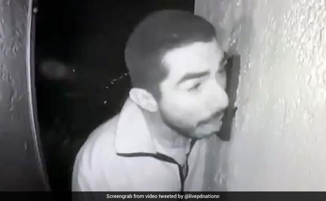 शख्स घर के बाहर तीन घंटे तक करता रहा ये घिनौनी हरकत, CCTV में कैद हुआ VIDEO