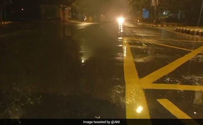 दिल्ली-एनसीआर में बारिश से लुढ़का पारा, आधी रात से हो रही है बूंदाबांदी, ठिठुरन बढ़ने के आसार