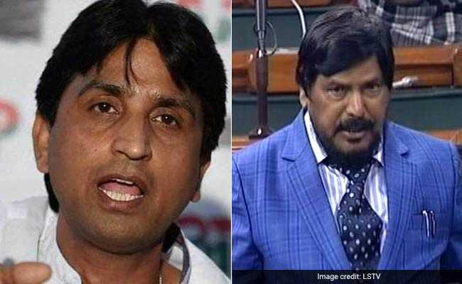 VIDEO: रामदास अठावले की तुकबंदी से 'छलित' हुए कुमार विश्वास, बोले- ऐसे 'हल्के-फुल्के' लोकतंत्र की जय हो