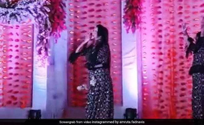महाराष्ट्र के CM देवेंद्र फडणवीस की पत्नी ने बेटी के साथ किया दीपिका के गाने पर डांस, वायरल हुआ VIDEO