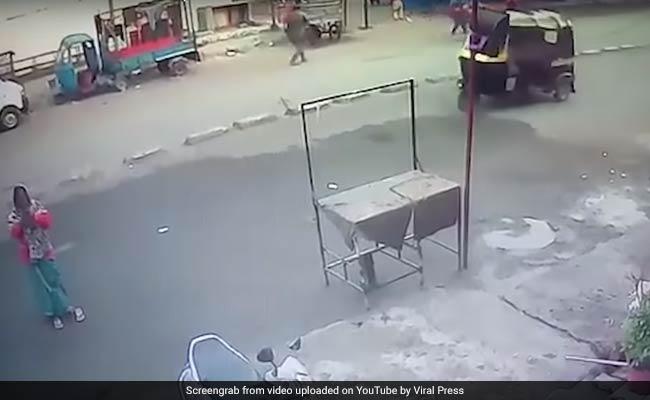 बीच सड़क मंदिर के सामने भगवान से प्रार्थना कर रही थी महिला, उसी वक्त आ गया ट्रक फिर... देखें VIDEO