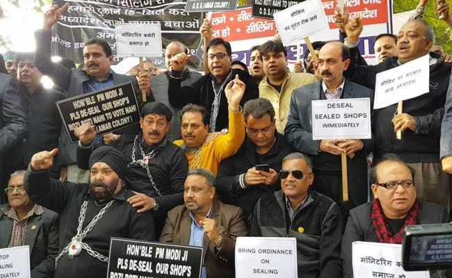 सीलिंग के खिलाफ दिल्ली के व्यापारियों ने जंतर मंतर पर दिया धरना