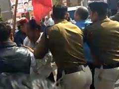 देवास में कांग्रेस कार्यकर्ताओं ने कथित रूप से दो लोगों को पीटा, पुलिस ने बचाया