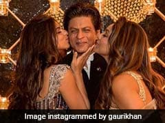Here's A Postcard-Worthy Pic Of Shah Rukh Khan With Gauri Khan And Suhana