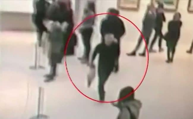 Man Steals Painting From Russian Gallery, Strolls Out With It Under Arm