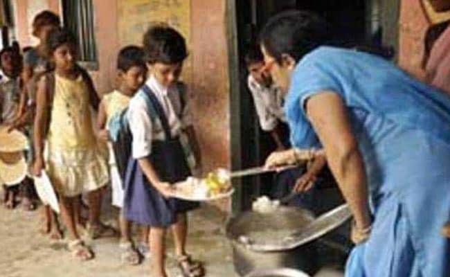 मिड डे मील : महाराष्ट्र के एक स्कूल में बच्चों को परोसी गई खिचड़ी में मिला सांप!