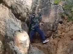 पहाड़ी पर चढ़ रहा था JNU छात्र, दोस्त कर रहा था शूट, तभी फिसला पैर और हो गई मौत, देखें VIDEO