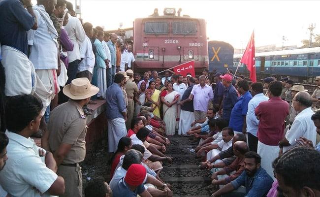 Bharat Bandh LIVE Updates: आज भारत बंद- कहीं ट्रेनें रोकी जा रही हैं तो कहीं चक्का जाम