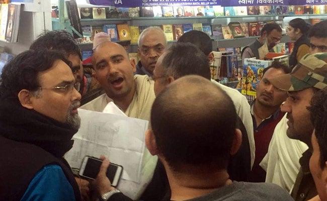 Exclusive: विश्व पुस्तक मेले में वेदों और कुरान को लेकर दो गुट भिड़े, गलत व्याख्या से बदनाम करने का लगाया आरोप