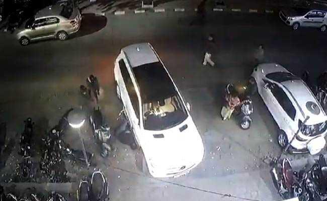 CCTV फुटेज: बिल्डर को गोलियों से सरेआम भून फरार हुए बदमाश, कुछ सेकेंड बाद आकर की तस्दीक, जिंदा मिलने पर फिर मारी गोली