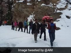 बर्फबारी बनी मुसीबत: बंद हुई सड़क तो 9 KM तक बुजुर्ग को कंधे पर लादकर पहुंचाया अस्पताल