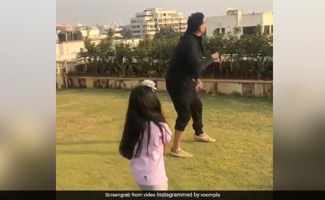 अक्षय कुमार बेटी नितारा को यूं सिखा रहे हैं पतंग उड़ाना, मिनटों में लाखों लोगों ने देखा Video