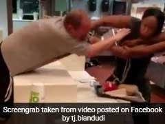 McDonald's में घुसकर कर्मचारी को पीटने लगा शख्स फिर महिला ने की मुक्कों की बरसात, देखें VIDEO