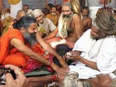 बाबा रामदेव ने कुंभ में साधुओं से ऐसी चीज दान में ले ली जिनसे है उनका पुराना नाता