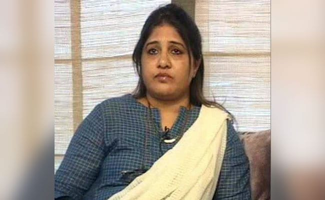 कांग्रेस नेता की पत्नी का केंद्रीय मंत्री हेगड़े पर पलटवार: बीवी के पल्लू के पीछे छिपकर पत्थर फेंकना बंद करो, मेरे पति से लड़ो राजनीतिक लड़ाई