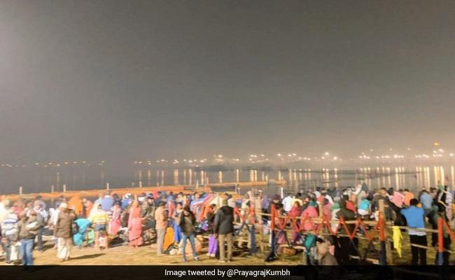 कुंभ में पौष पूर्णिमा पर हजारों लोगों ने संगम में किया स्नान, देखें तस्वीरें