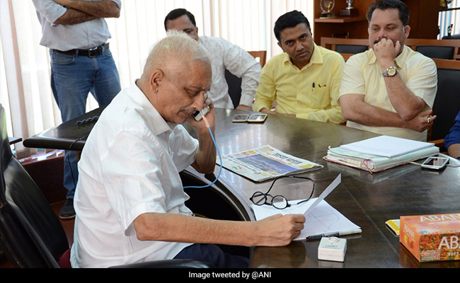 Manohar Parrikar Meets Ministers, Officials At Goa Secretariat