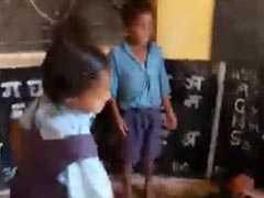 शराब पीकर स्कूल पहुंचा टीचर, इंस्पेक्शन पर पहुंचे अधिकारी तो फर्श पर ले रहा था नींद, छात्रों ने छड़ी से की पिटाई, देखें VIDEO