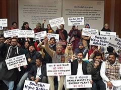दिल्ली: तिमारपुर-ओखला वेस्ट मैनेजमेन्ट कंपनी प्लांट के खिलाफ लोगों ने ह्यूमन चेन बनाया