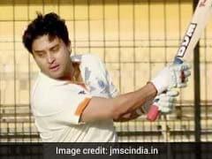 कांग्रेस महासचिव बनाए जाने के बाद ज्योतिरादित्य सिंधिया ने उठाया क्रिकेट मैच का लुत्फ, देखें VIDEO