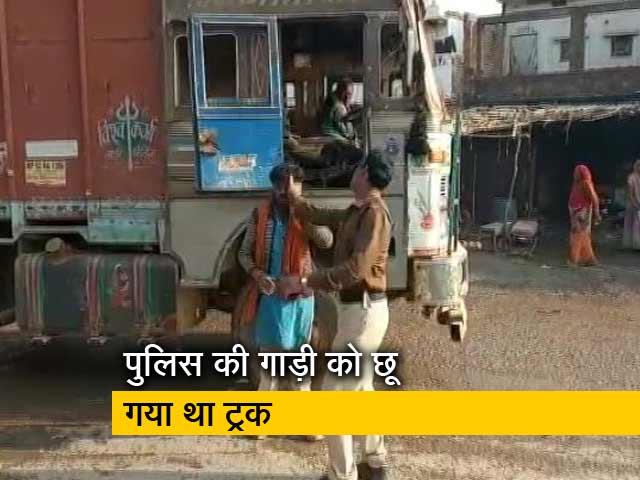 Videos : मध्य प्रदेश में पुलिस की दबंगई, ट्रक वाले को सरेआम पीटा