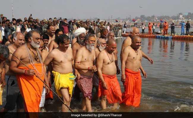 योगी आदित्यनाथ ने मंत्रियों संग कुंभ में लगाई डुबकी, तो शशि थरूर बोले- इस संगम में सब नंगे हैं