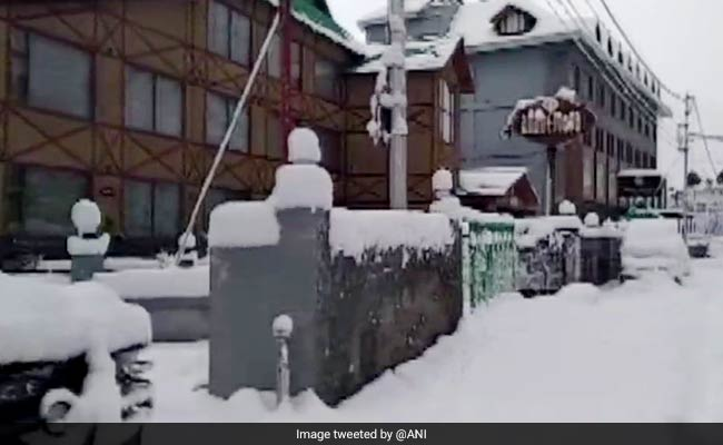 Snowfall Hampers Road Links In Himachal Pradesh; Hundreds Stranded
