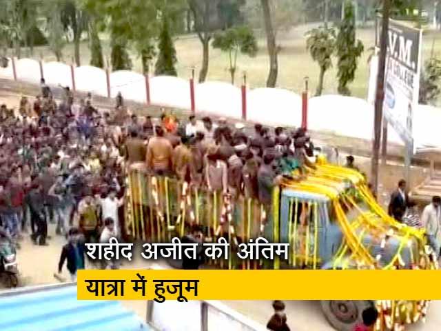 Video : पुलवामा अटैकः उन्नाव के शहीद को श्रद्धांजलि देने उमड़ी भीड़, निकली 15 किमी लंबी शवयात्रा
