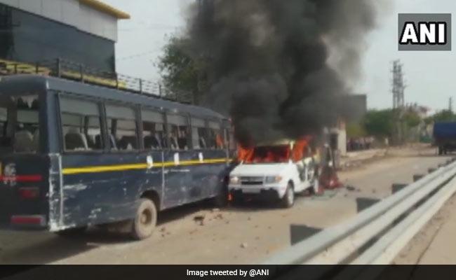 हिंसक हुआ गुर्जर आंदोलन, प्रदर्शनकारियों ने झड़प के बाद पुलिस की तीन गाड़ियों में लगाई आग, कई ट्रेनें रद्द