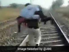 नहीं मिली एम्बुलेंस तो घायल को कंधे पर लादकर 1.5 किलोमीटर दौड़ा सिपाही, वायरल हुआ VIDEO
