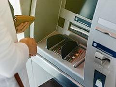उंगली डालकर शख्स ऐसे निकालता था ATM से पैसे, CCTV में पकड़ आई चोरी