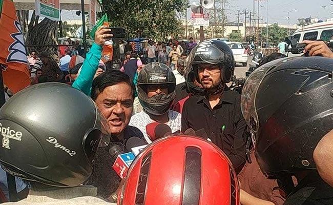 अपने बचाव के लिए BJP नेताओं से हेलमेट पहनकर क्यों मिले पत्रकार ? इस डर के पीछे की वजह क्या थी ?