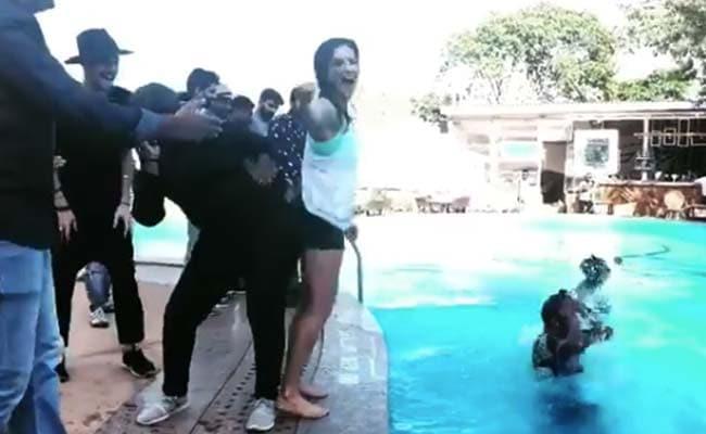 सनी लियोन पूल किनारे कर रही थीं मस्ती, तभी पीछे से पड़ा धक्का और फिर...देखें Video