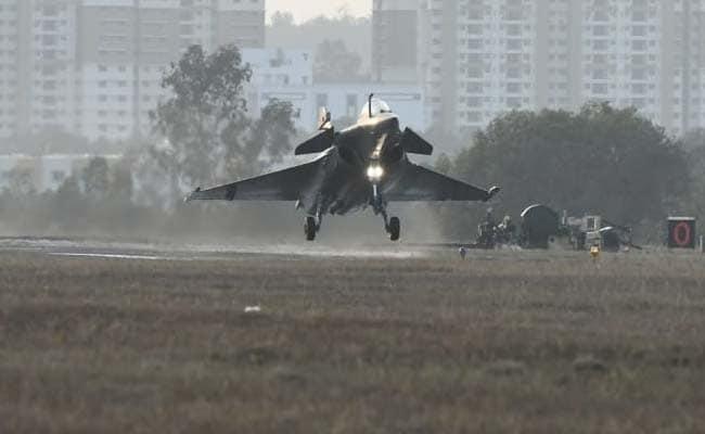 विवादों के बीच 3 राफेल लड़ाकू विमान भारत में हुए लैंड, बेंगलुरु में एयरो शो में लेंगे हिस्सा, देखें VIDEO