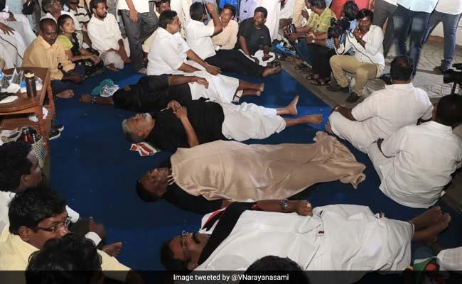 Puducherry: उपराज्यपाल किरण बेदी से हुआ विवाद तो घर के बाहर सड़क पर सो गए मुख्यमंत्री