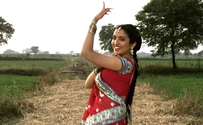 आम्रपाली दुबे ने 'उड़ जाईबू ये मैना' पर देसी अंदाज में किया डांस, Video उड़ा रहा गरदा