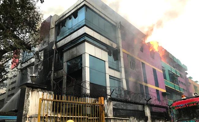 दिल्ली के नारायणा स्थित बिल्डिंग में लगी आग,  दो दर्जन गाड़ियों ने आग पर पाया काबू