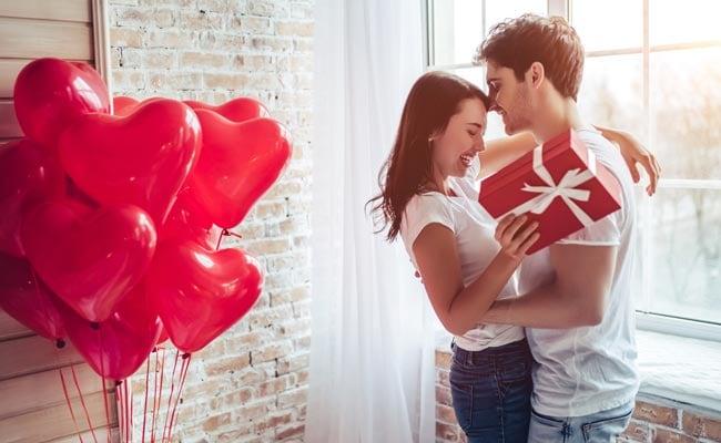 Happy Hug Day 2019: आशिकों के लिए Hug Day पर रोमांटिक शायरी, गले लगने पर मजबूर हो जाएगा आपका Love