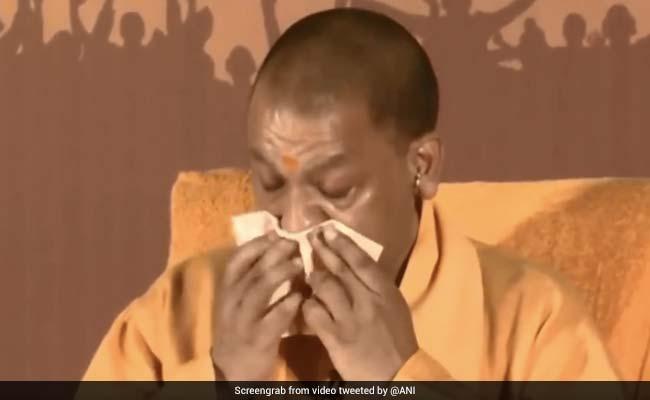 VIDEO: जब पुलवामा आतंकी हमले के शहीदों को याद कर मंच पर ही रोने लगे सीएम योगी आदित्यनाथ