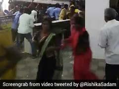 शॉपिंग मॉल 10 रुपये में बेच रहा था साड़ी, 400 महिलाओं ने मचाया बवाल, तोड़ दिया शटर और... देखें VIDEO
