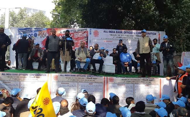 विभिन्न मांगों को लेकर ऑल इंडिया बैंक ऑफिसर कन्फेडरेशन ने जंतर-मंतर पर दिया धरना
