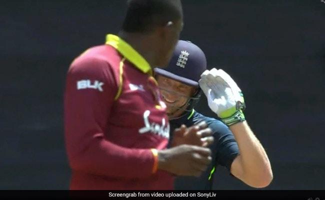 छक्का जड़ने के बाद ऐसे चिढ़ाने लगा बल्लेबाज, झल्ला गया गेंदबाज, वायरल हुआ VIDEO