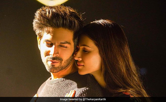Luka Chuppi Song: Kartik Aaryan Can't Take His Eyes Off Kriti Sanon's Photo