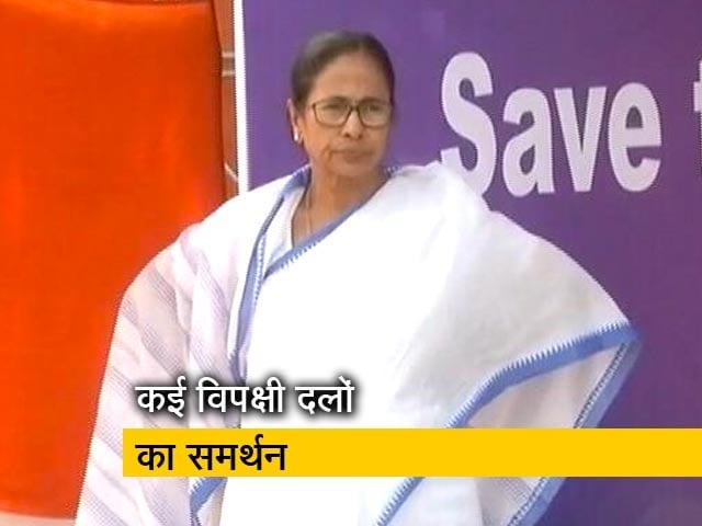 Videos : TOP News @8 AM: जारी है ममता बनर्जी का धरना प्रदर्शन