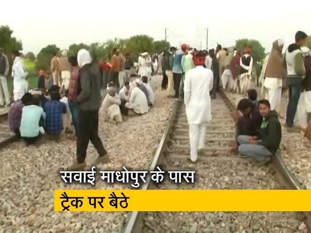 Videos : फिर रेलवे ट्रैक पर गुर्जर, आरक्षण की कर रहे हैं मांग