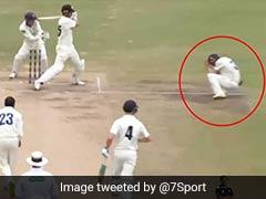अजीबोगरीब तरह से आउट हुआ बल्लेबाज, शॉट मारने के बाद हेलमेट में लगी बॉल और... देखें VIDEO