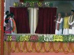 पीएम मोदी के सामने ही मंच पर अपनी साथी को मंत्री ने गलत तरीके से छूआ, देखें वीडियो
