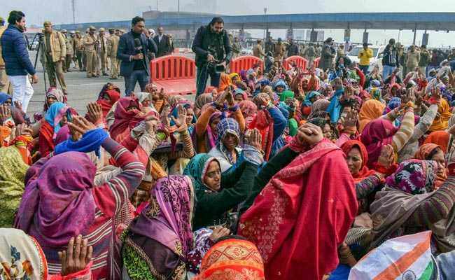 Women Farmers Tie Up Hands In Symbolic Protest Near Delhi-Noida Flyway